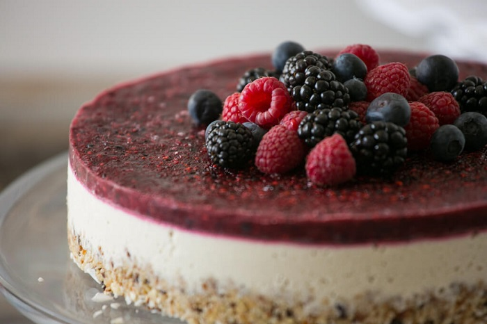 Paleo raw berry & vanilla cheesecake recipe