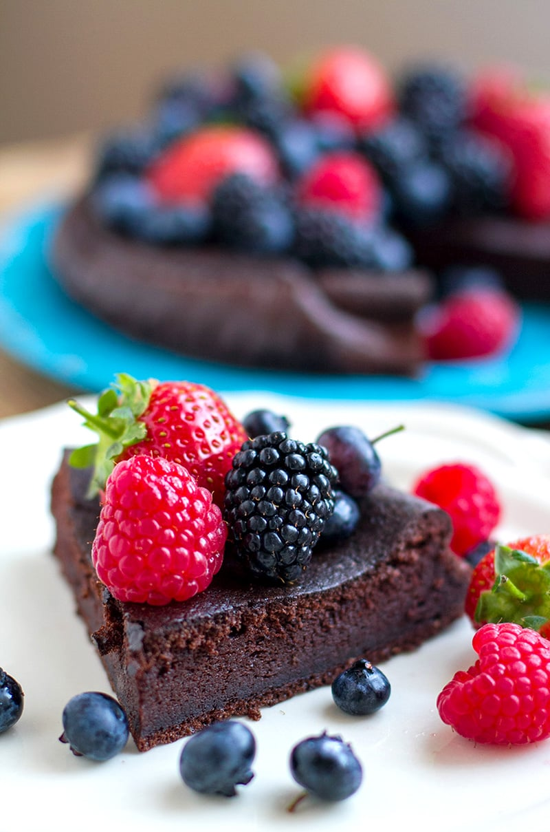 5-Ingredient Paleo Chocolate Cake (Nut-Free, Low-Carb, Keto) #chocolatecake #cake #desserts #paleo #keto #lowcarb #chocolate #sweets