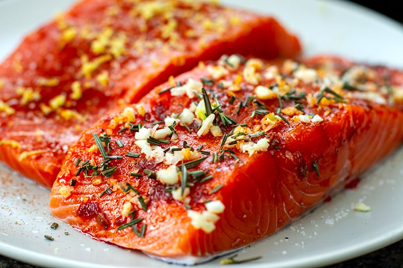 How to bake salmon fillets with different toppings